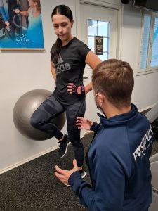 Fysioterapeutti haastamassa liikettä
